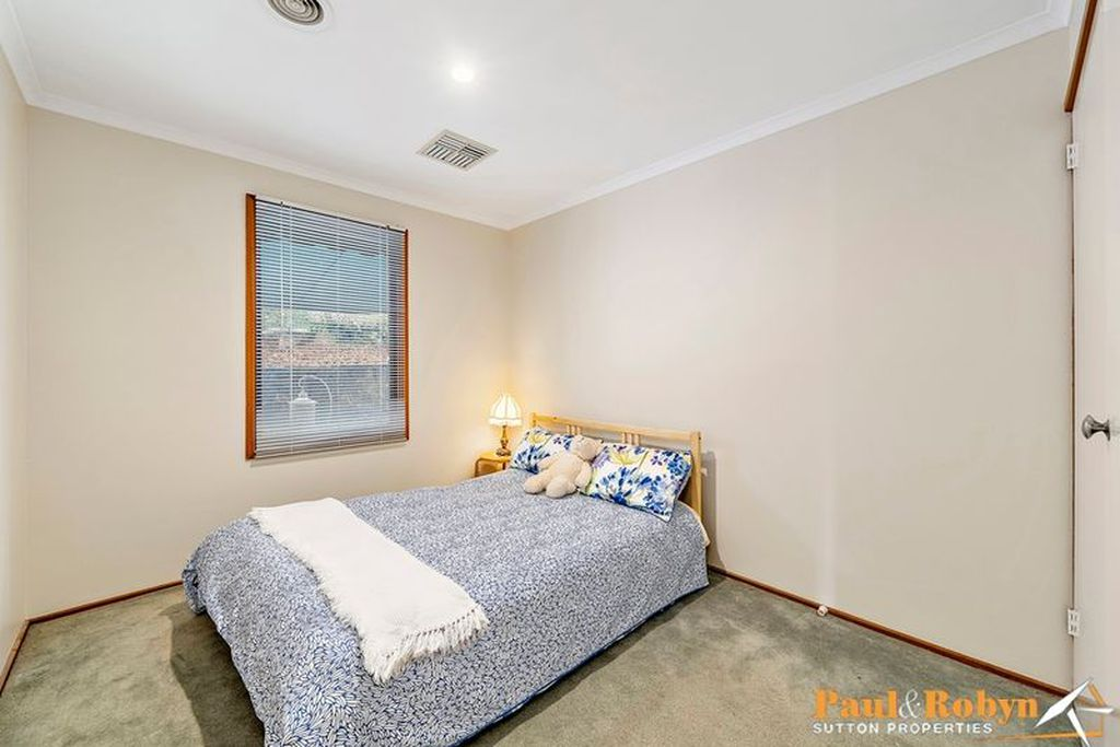 27 Mountain Circuit, Calwell