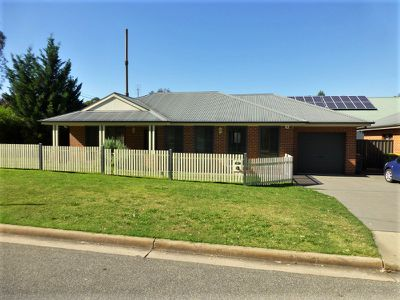877 St James Crescent, Albury