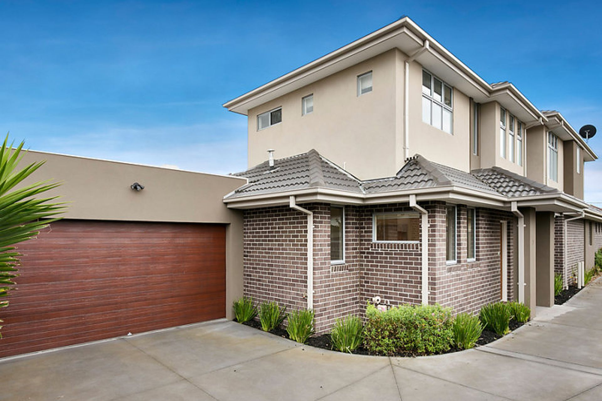 2 / 9 Myrtle Grove, Airport West