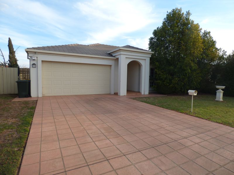 13 Little Road, Griffith