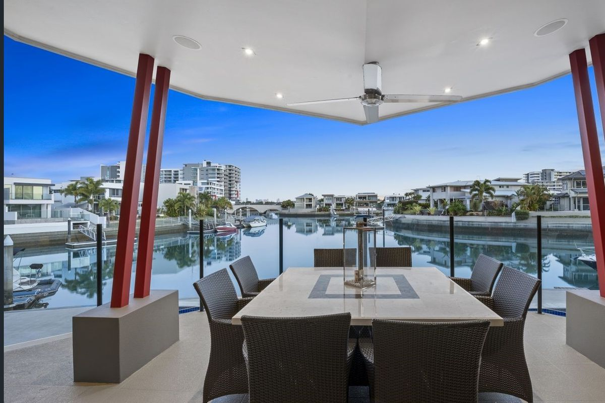 Great entertainer with amazing views all the way to the Surfers! 35 meter water frontage! Be quick!