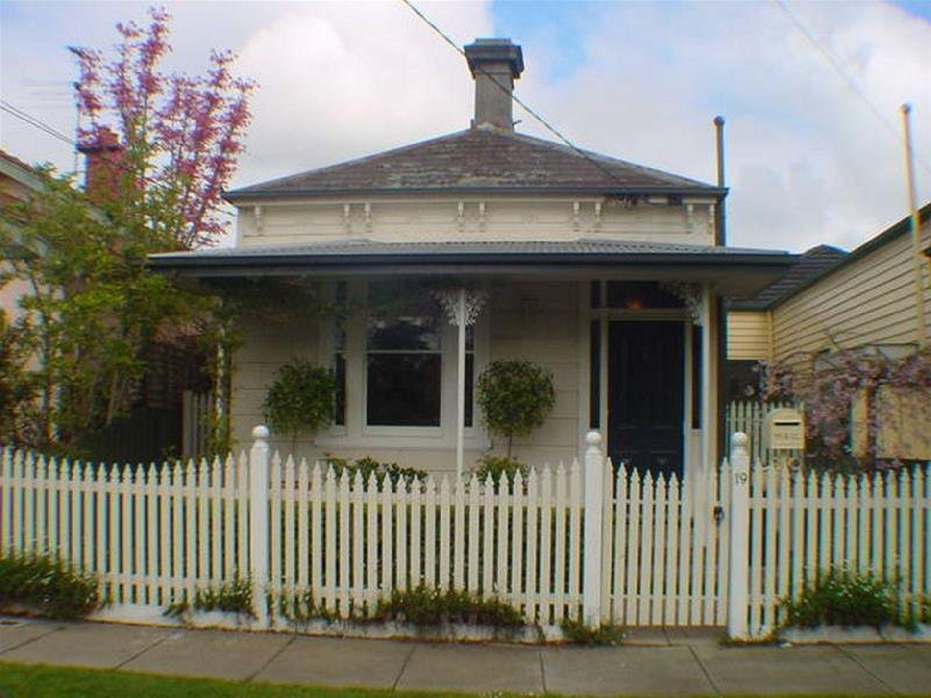 19 Holland Grove, Caulfield North