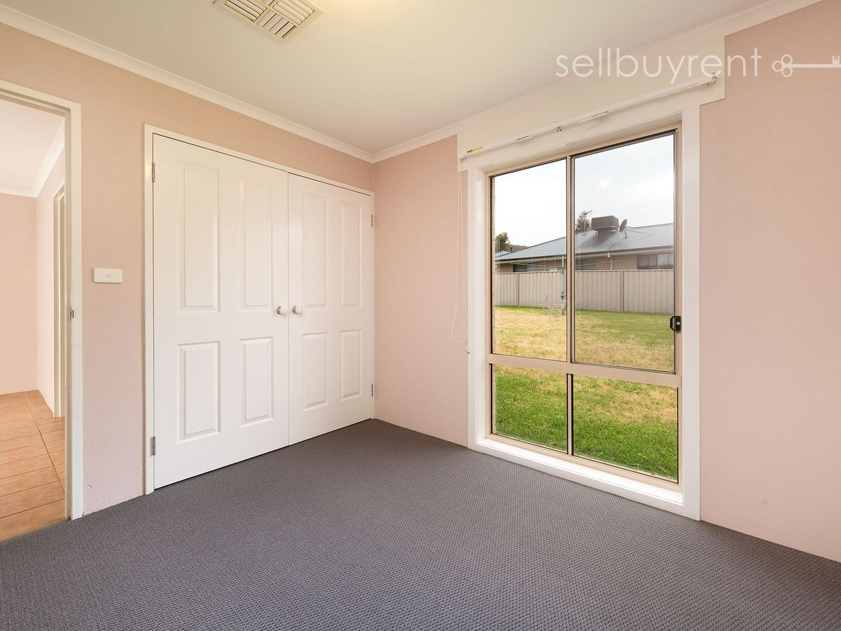 8 WATTLE WAY, West Albury