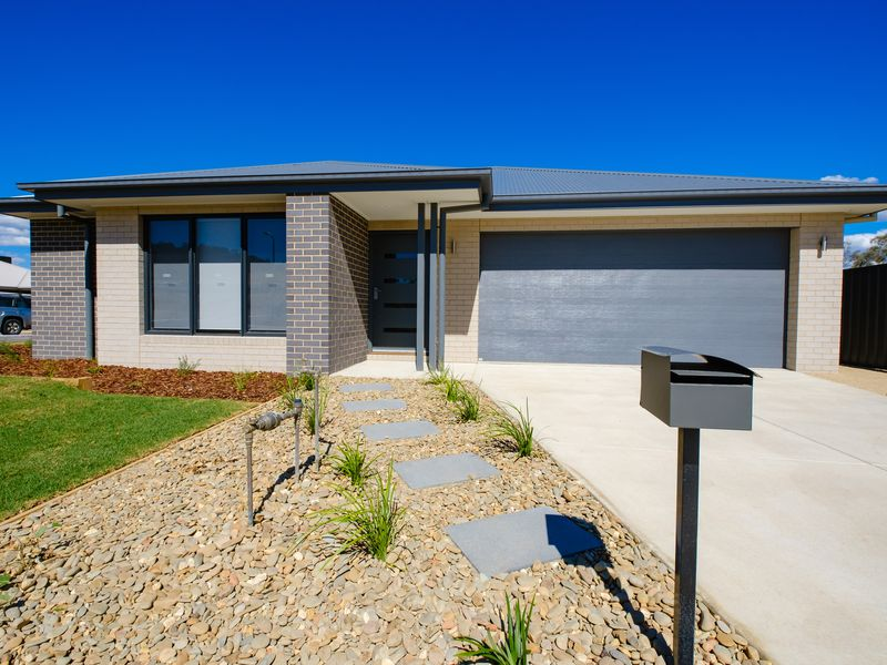 8 EASTON LANE, Wodonga